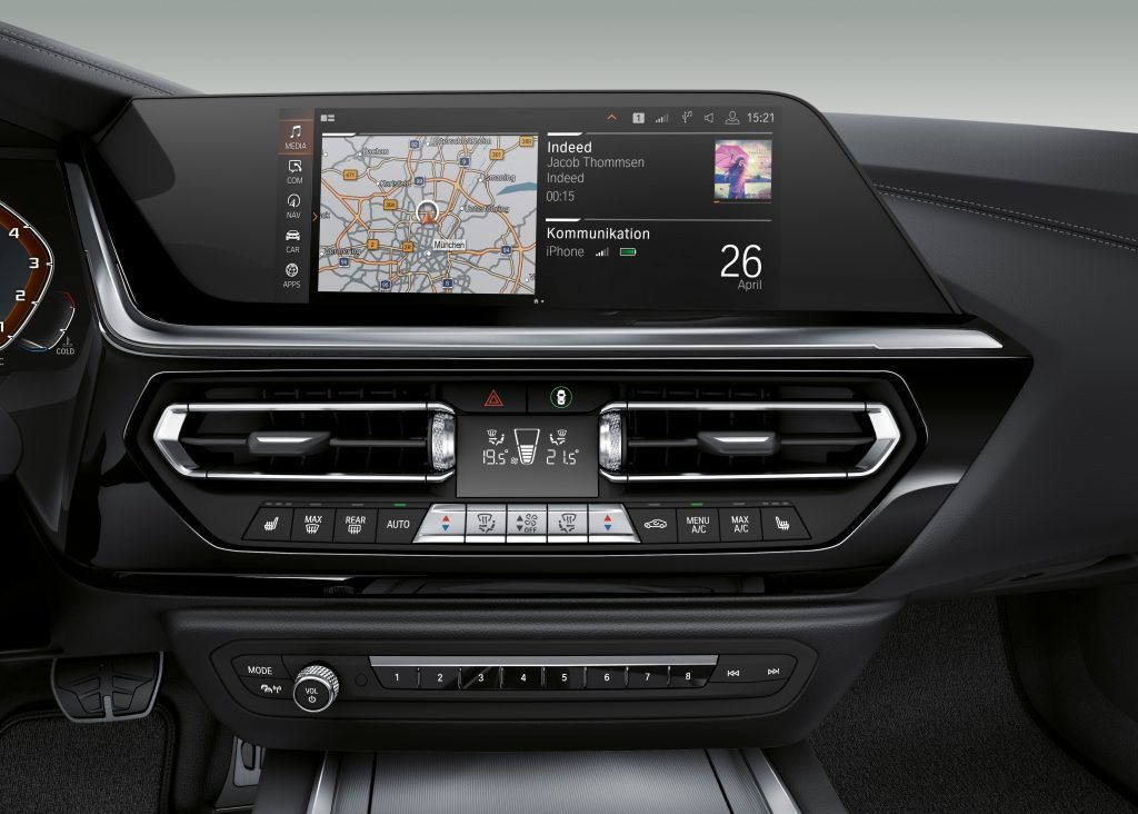 The innovative operating concept of the BMW iDrive 7 enables even easier operation of vehicle functions via speech, touch screen, and iDrive control - quite intuitively. For this purpose, the functionality of the controller has been upgraded.