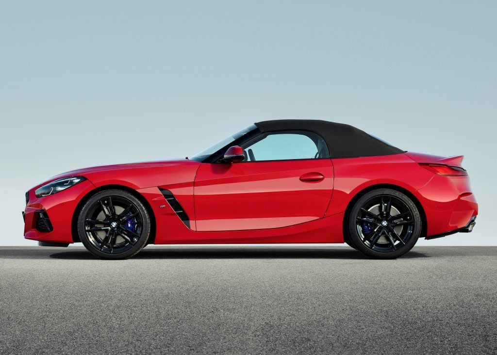 The black soft-top blends harmoniously into the dynamic lines of the vehicle. At the push of a button, it opens and closes electrically in approximately 10 seconds, even while driving at speeds of up to 50 km/h. One of the outstanding properties of this extremely high-quality soft-top is its excellent noise insulation.